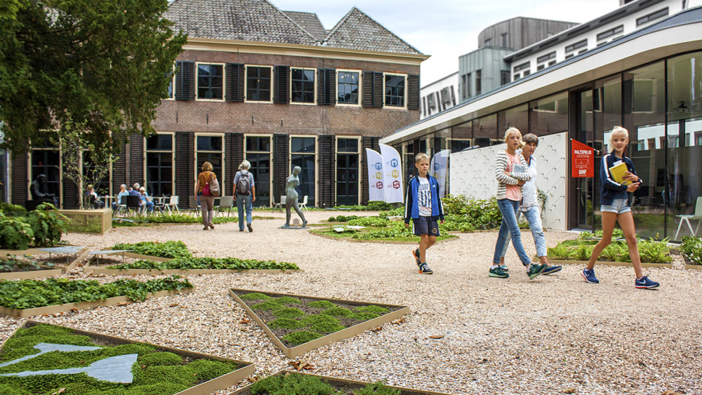web-Musea-Zutphen-Hof-van-Heeckeren-binnentuin-met-bezoekers